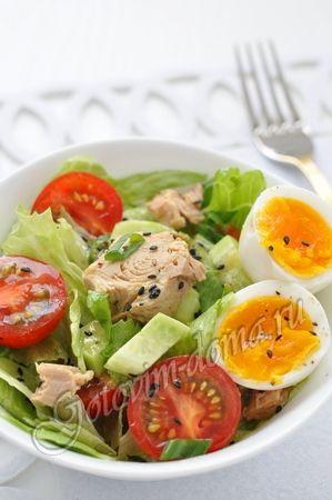 Рецепт: Овощной салат с тунцом и яйцом