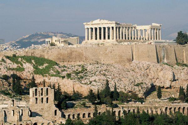 La palabra Acrópolis proviene del griego ἄκρος akros ('extremo, cima') y πόλις polis ('ciudad'), y hace referencia a la parte más alta de una ciudad.  En la actualidad se suele restringir el término a la parte más alta de las antiguas polis griegas, aunque también se puede utilizar para ciudades romanas y de otras civilizaciones.