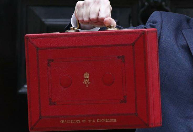 """Budgetkoffer: Die britische Wirtschaft wächst schneller als erwartet, sagte der britische Schatzkanzler George Osborne am 19. März bei der Vorstellung des Haushaltes in London. """"Aber eine vollkommene Erholung ist noch lange nicht in Sicht."""" Der Budgetkoffer, den Osborne in die Kameras hielt, ist deshalb wohl auch so klein. Mehr Bilder des Tages: http://www.nachrichten.at/nachrichten/bilder_des_tages/cme10133,1021405 (Bild: Reuters)"""