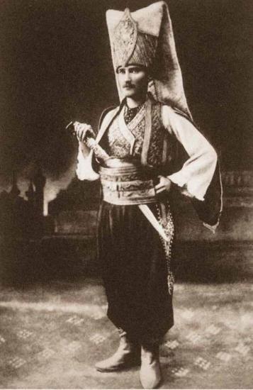 1881-1915 yılları arası Atatürk albümü. Yarbay Mustafa Kemal, Sofya'daki baloda yeniçeri kıyafetiyle, Bulgaristan, Sofya, 11/12 Mayıs 1914