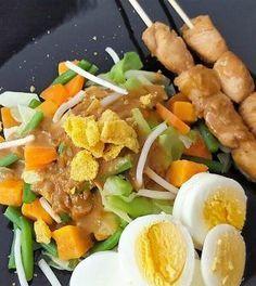 Een vullend groente gerecht met ei, pindasaus en kip saté. Ben je vegetarisch of lust je geen kip dan laat je de saté weg. #kip #sate #groente #koolhydraatarm #recept