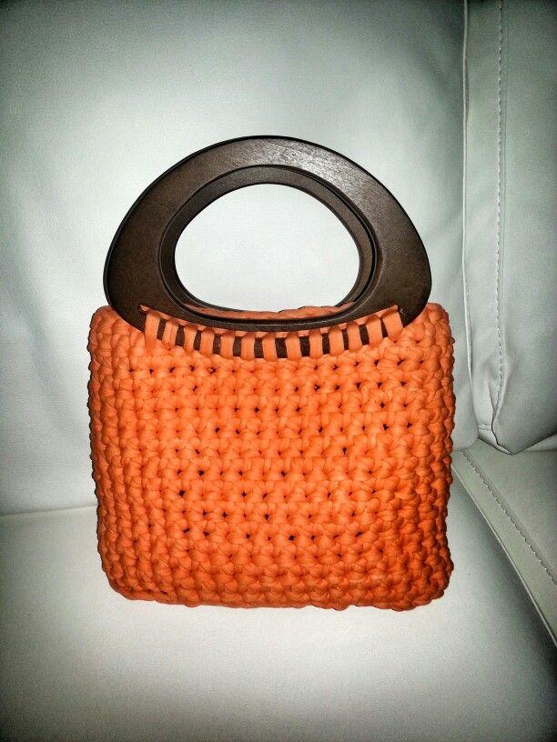 bolso naranja con asas de madera ganchillo