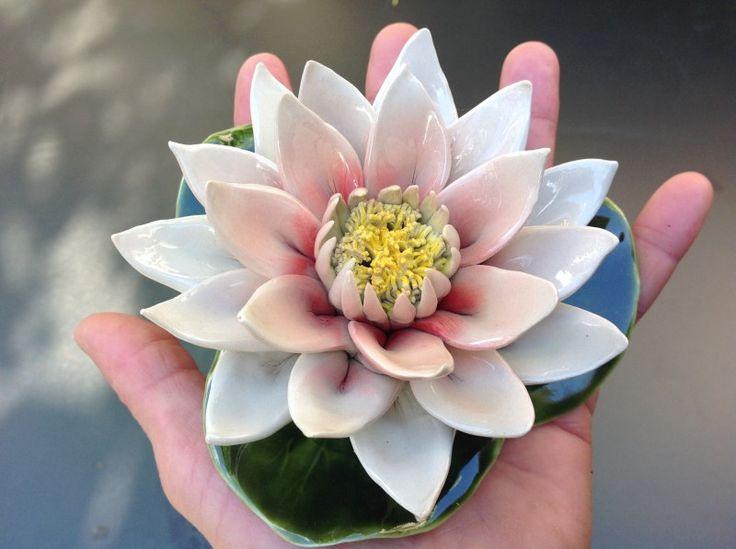 Een handvol schoonheid - de roze waterlie van keramiek majolica