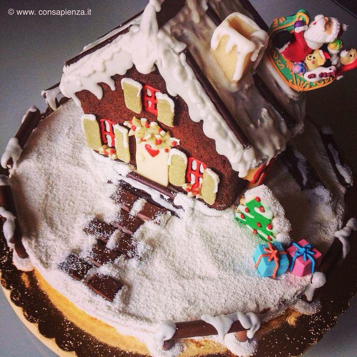 Torta Casetta di Natale con pan di Spagna e crema gianduja, torta al cioccolato, panna, cocco, glassa, biscotti e pasta di mandorle, gianduiotti e barrette di cioccolato