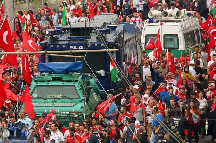 Bilder von der #Ziegenficker-Demo für #Erdogan in Köln http://www.rp-online.de/nrw/staedte/koeln/pro-erdogan-demo-in-koeln-bis-zu-30000-teilnehmer-bid-1.6152755 … via @rponline