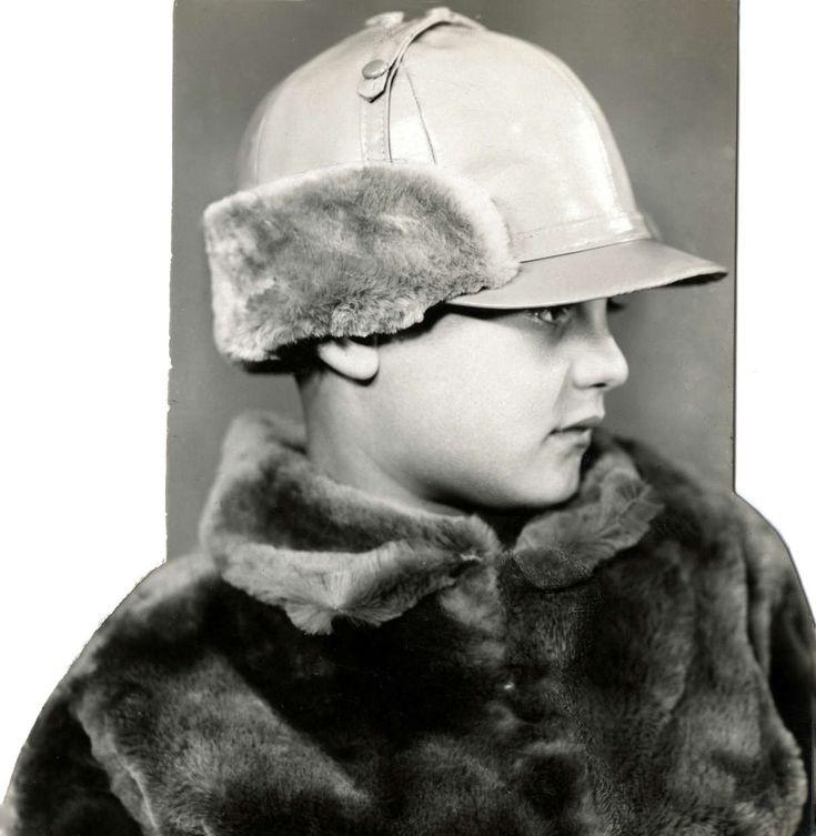 Kinder hoeden. Lekkere warme jongens pet met bont aan de binnenkant en klep.  Plaats onbekend, 1926.