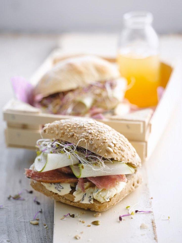Broodje met ham, peer, cambozola en luzerne http://www.njam.tv/recepten/broodje-met-ham-peer-cambozola-en-luzerne