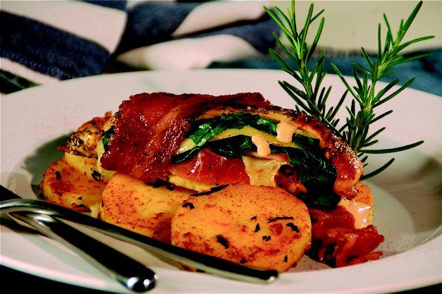 Pechugas de pollo con jamón serrano, manchego y espinacas