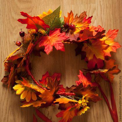 Купить или заказать Осенний венок на голову в интернет-магазине на Ярмарке Мастеров. Венок на голову из искусственных цветов и листьев, он будет шикарно смотреться с длинными волосами и на объемной прическе. Отлично подойдет для фотосессии, как аксессуар. Основа: флористиче…