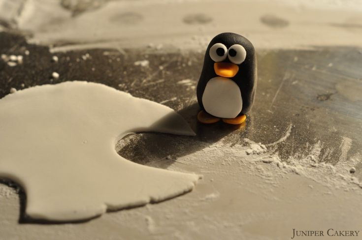 A step by step tutorial on how to create your own sugarpaste penguin for festive cakes and cupcakes!