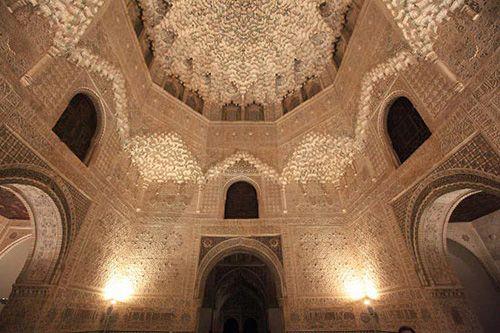 アルハンブラ宮殿 ライオン宮の「二姉妹の間」 グラナダ、スペイン