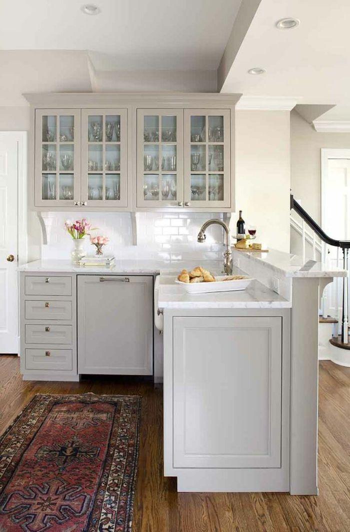 Une jolie petite cuisine ouverte blanche avec tapis coloré
