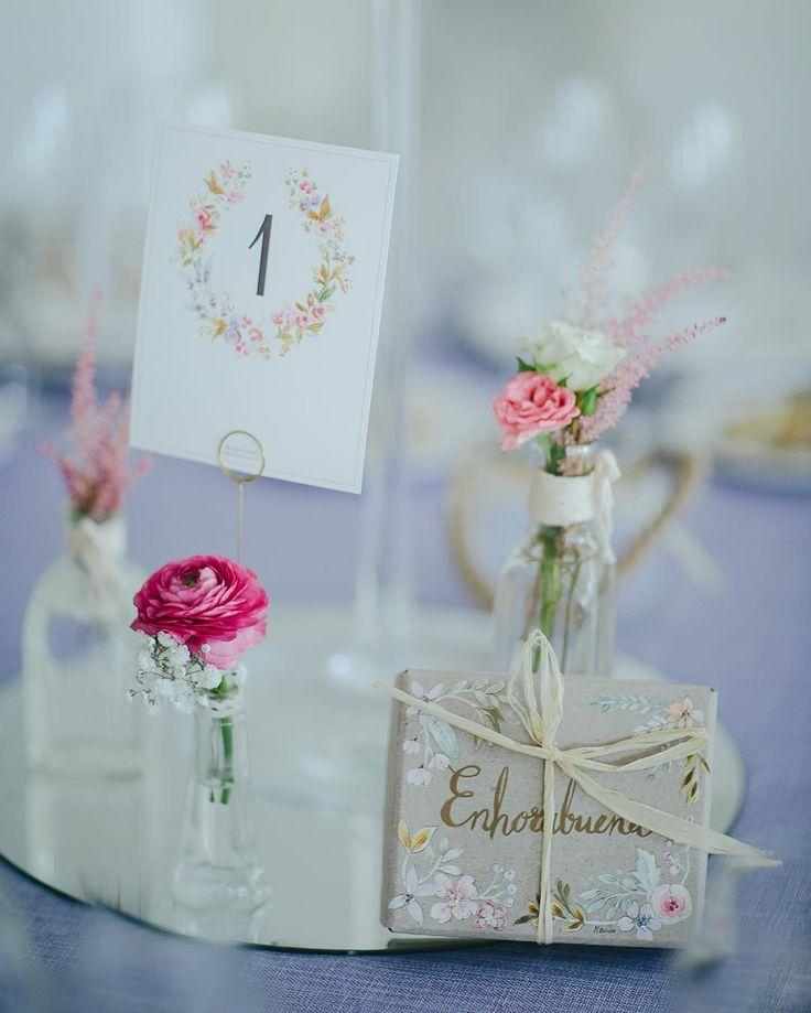 Para la boda de Marina y Jose preparamos un branding precioso ellos querían transmitir sencillez elegancia y toques románticos en las flores y la papelería. Los meseros los diseñamos con tonos malvas azulados rosas soft y verdes colocados en nuestras little bottles adornados con flores. Les pintamos unas cajitas personalizadas con las tonalidades de la boda en las que metieron unos patucos para regalar a los futuros papás... Bonitos Detalles que nunca olvidarán!  @volvoretabodas #bodasbag…