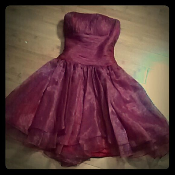 Short maroon tulle prom dress formal dress size 4 Beautiful prom, party, or formal dress!! It will make your night!! It is brand name, but it was purchased a few years ago so I do not remember who makes it. It was a huge splurge from my parents! It has been worn twice. I cut out the tag because it was scratchy. This is a gorgeous party dress, I wore it to a formal dance and received tons of compliments. Worth every penny of the original price but I just don't see myself needing so many…