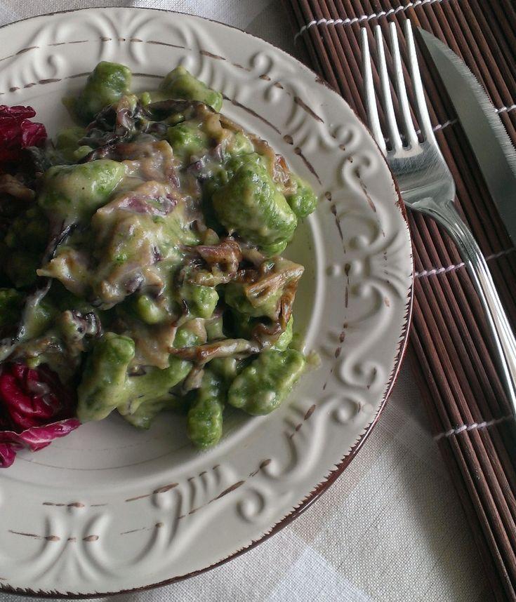Oggi vi propongo un piatto tutto colorato, gli gnocchi di spinaci con radicchio e crema di taleggi. Sembrano quasi i color della nostra bandi