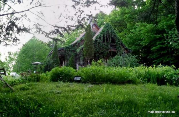 La Maison d Evelyne dans son écrin de verdure