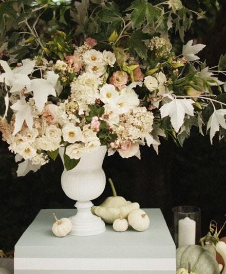 Witte pompoenen voor een herfst bruiloft. White Pumpkin Fall Centerpiece
