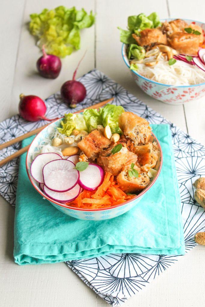 Veggie bo bun - Ingrédients : 100 g de vermicelles de riz ou de soja, 1 carotte, 3 nems aux légumes, quelques feuilles de salade, de la menthe...