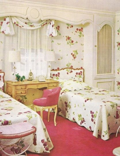 Camera con letti vintage - Un tocco floreale per tendaggi e letti