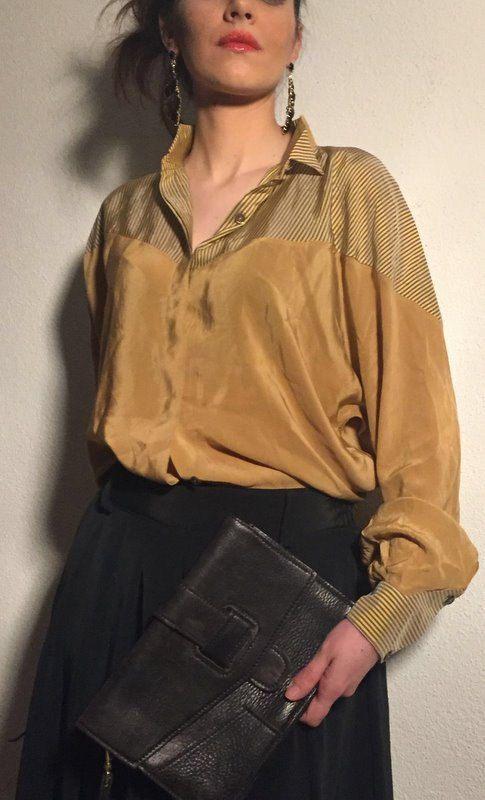 Camicetta COQUME donna in Pura Seta, original vintage70s. Taglia 42-M color giallo senape con piccole righine su spallee polsi color blu.…