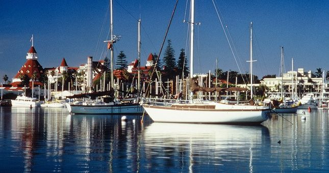 Glorietta Bay Marina offers sailboat rentals and lessons.
