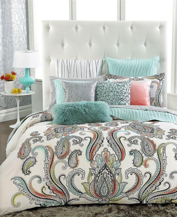 Essa cama, com certeza, ficou fabulosa! A cabeceira capitonê e a colcha com…