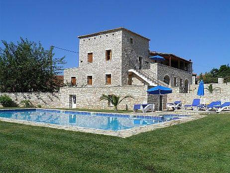 Ruime, volledig uitgeruste vakantiehuis met prive zwembad en tuinen. Een rustige schuilplaats, met prachtige, onbelemmerde uitzicht op de zee, bergen en platteland, biedt privacy zonder isol...