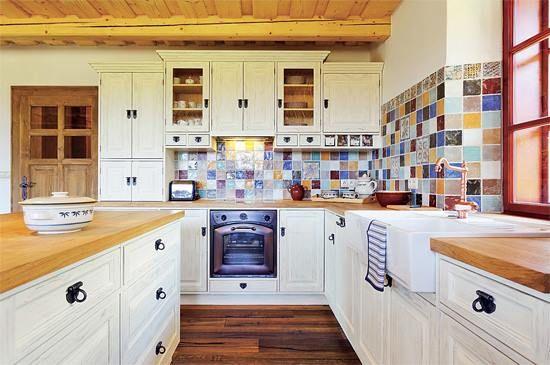 Kuchyně ve francouzském stylu. Barevná, rustikální,....prostě k sežrání.