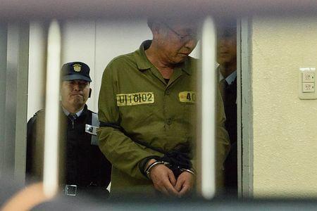 11日、韓国の光州地裁に着いた客船「セウォル号」船長、イ・ジュンソク被告(AFP=時事) ▼11Nov2014時事通信|セウォル号船長に懲役36年=殺人罪認めず-韓国・光州地裁 http://www.jiji.com/jc/zc?k=201411/2014111100547