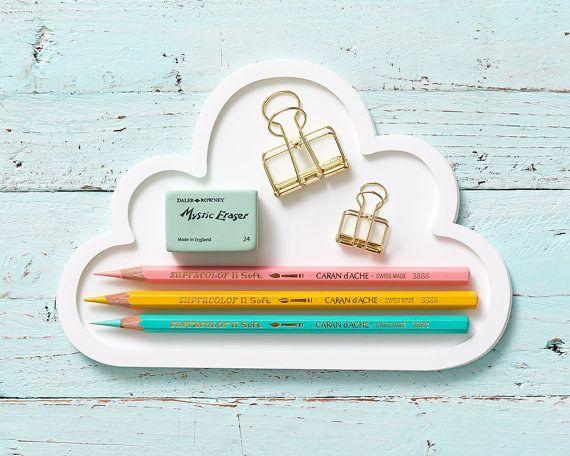 Una bandeja en forma de nube para poner las cosas que más usas. | 19 Cosas adorables que mantendrán tu escritorio organizado