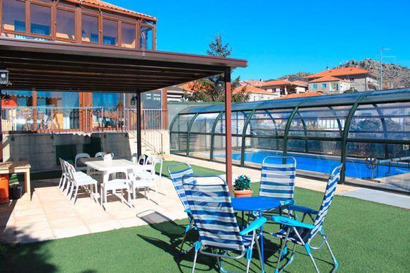MADRID, ZARZALEJO. Casa Zarzal con 5 habitaciones y capacidad  6/12 personas. Dispone de 5 habitaciones dobles con baño y terraza con preciosas vistas. Además salón comedor, amplia cocina, baño común y terraza cubierta ideal para comidas. Al exterior jardín, #spa con gran #piscinaClimatizada de agua salada, #jacuzziCromoterapia, patio con vistas increíbles, barbacoa y huerto.  Situada en la #SierraGuadarrama muy cerca de #ElEscorial. #Madrid #Zarzalejos. #BicicletasDisponibles (3)