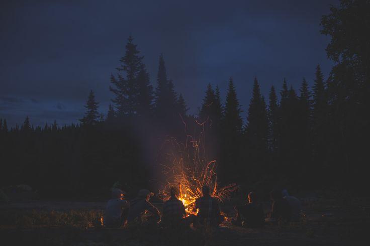 Être dans le fond du bois, autour d'un feu de camp = bonheur