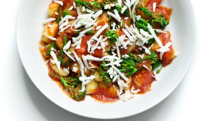 Gnocchi-mit-Knoblauch,-Brokkoli-und-Tomaten