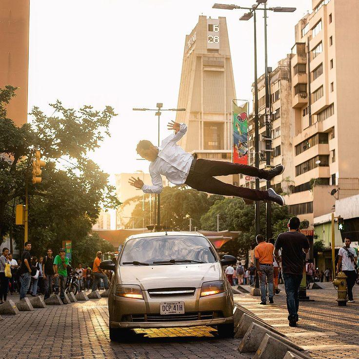 Foto de @giovanichacon Hoy llueve en Caracas pero a esto me refería más temprano cuando hablaba de caminar en horas del atardecer (claro sin gente volando) :D  El tiempo nunca se detiene. Por que hacerlo nosotros? Keep Moving!! #caracas #ccs #vzla #venezuela #caracashermosa #parkour #ciudad_ve #caracas_ve #elnacionalweb #instalovenezuela  #ccs #caracas #caminacaracas