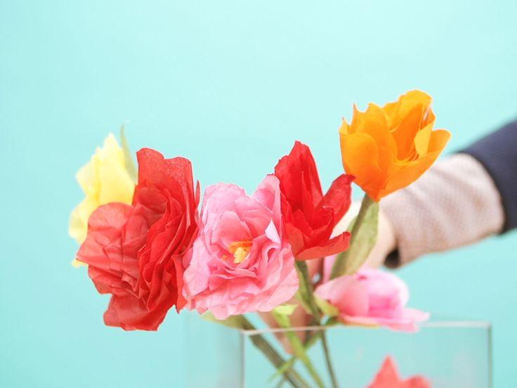 Tee itse kauniit ruusut silkkipaperista askartelemalla. Paperiruusut sopivat koristeeksi kotiin, kahvipöytään tai lahjaksi ystävälle. Erilaisia kukkia saat vaihtamalla paperin väriä ja muotoilemalla terälehdet eri tavoilla.