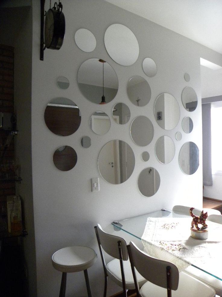 Uso de espelhos em uma sala de jantar.