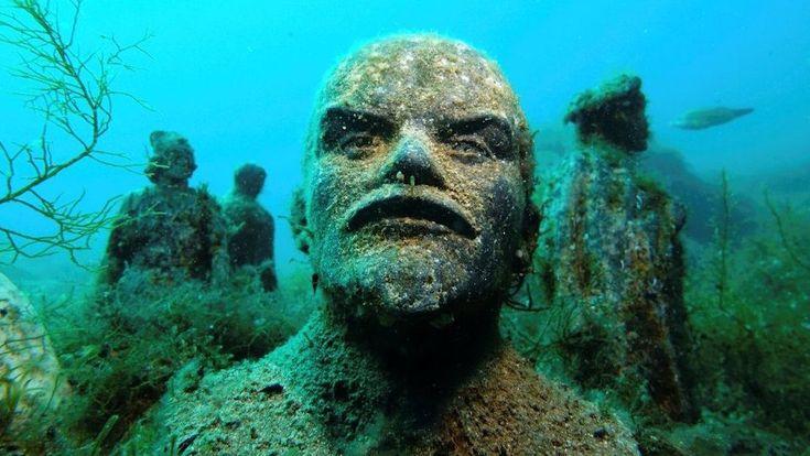 A világ legérdekesebb merülőhelyén halrajok úszkálnak a Leninek és Sztálinok közt. De hogy kerültek oda a szobrok?