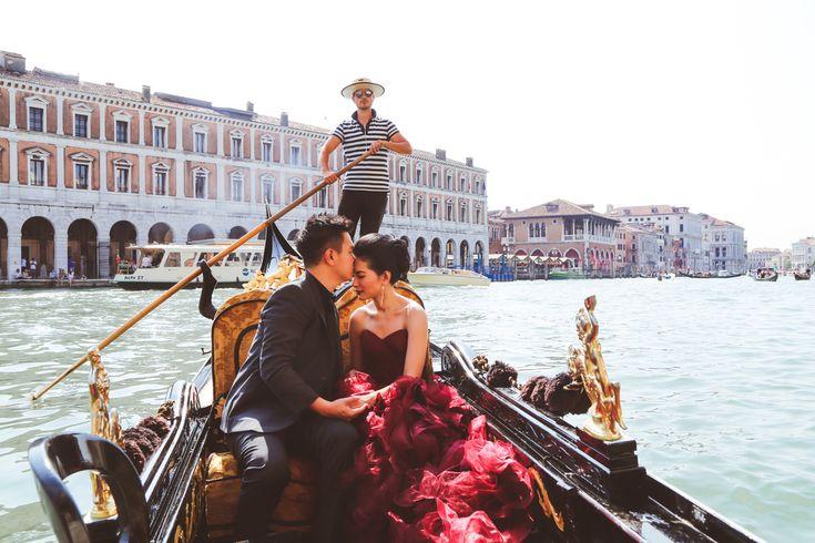 Pre-wedding in Venice photo session gondola trip - Daria Lorman Photography