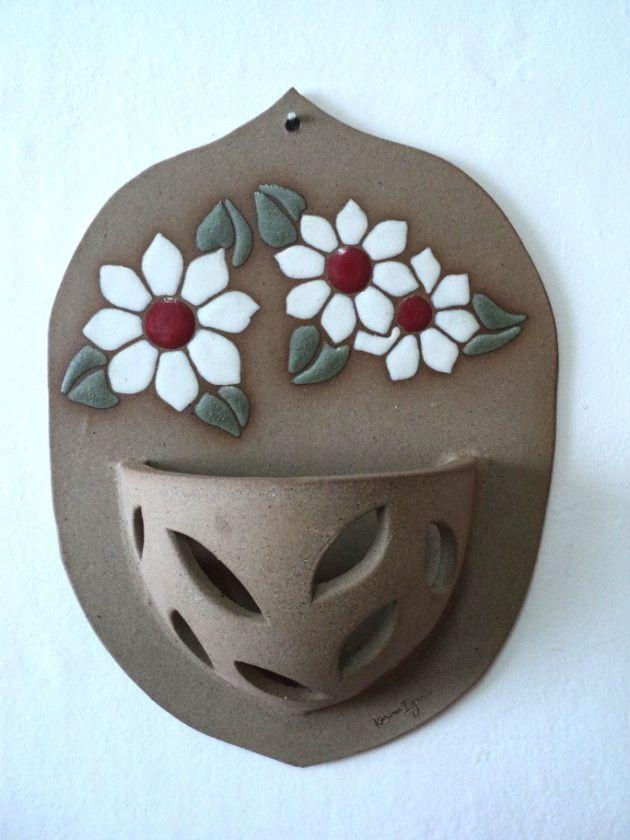 Vaso de parede com motivo de flores, pintado à mão, feito em cerâmica de alta temperatura. Tem um furo na parte superior para pendurar e é apropriado para o plantio de orquídeas.