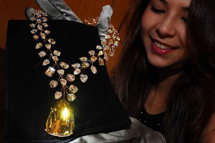 """""""O INCOMPARÁVEL"""", DA JOALHERIA MOUAWAD Incluído no livro Guinness como o colar mais caro do mundo, """"O Incomparável"""" tem um diamante do tamanho de um pequeno ovo e valor estimado de US$ 55 milhões (mais de R$ 170 milhões em cotações atuais). Além do diamante principal, tem mais de cem outros em tamanhos menores"""