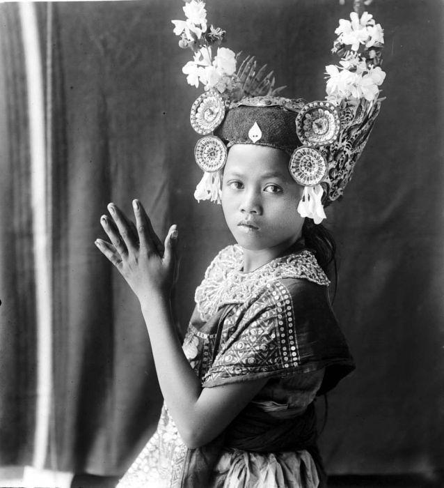 COLLECTIE_TROPENMUSEUM_Jonge_danseres_uit_Bali