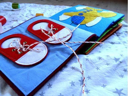 Quiet Book er et dejligt stykke legetøj til en stillestund hvor fingrene kan få…