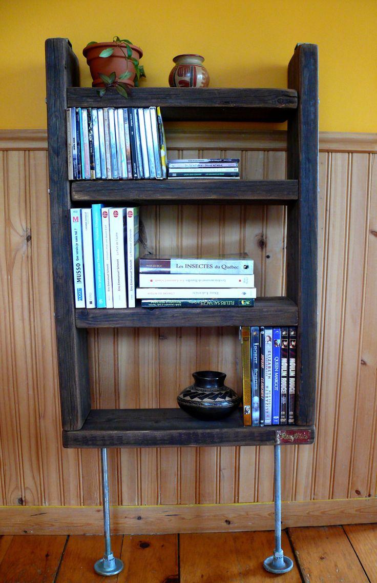 Étagère ou bibliothèque murale sur pied fait de bois et de métal récupérés de la boutique Recytrucs sur Etsy