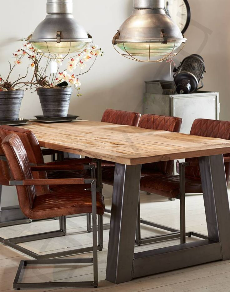 Oud eiken tafel 'Trapezium' met industriëel onderstel