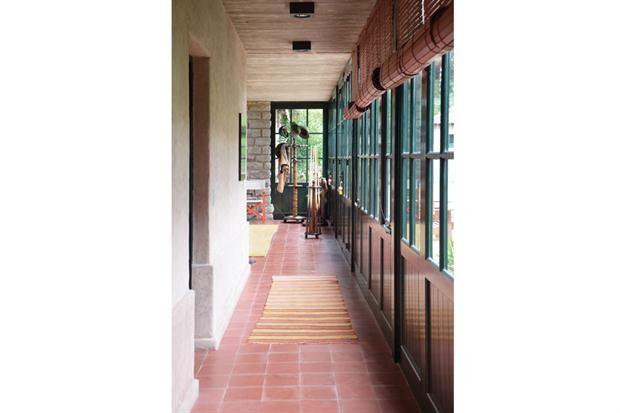 Tres casas con estilo campo  Con un cerramiento de vidrio repartido que se abre al frente y al contrafrente, los interiores tienen un clima distendido..