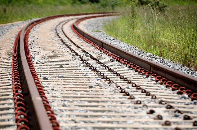 Trilhos da ferrovia Norte-Sul; obras da Andrade Gutierrez envolveram o pagamento de propina