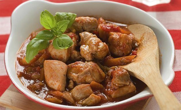 Leve um pouco da culinária mineira para sua casa, faça uma deliciosa receita de frango caipira. É um prato diferente, fácil e muito saboroso. Veja também Como fazer frango frito Salada de salpicão de frango Como fazer frango à parmegiana Ingre