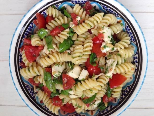 Koude pastasalade | Geniet van deze heerlijke pastasalade met louter verse Italiaanse ingredienten | Tomaat, basilicum en Mozzarella di Buffala | Bekijk dit lekkere recept op Alles Over Italiaans Eten