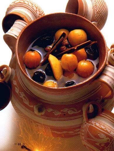 Esta bebida es un Ponche Navideño. Es una bebida caliente que es muy comun en navidad. Contiene muchas variedades de frutas como guayaba, cana, tamarindo, pina, durazno. Tambien le puedes poner las frutas que desees. Cuando yo la bebi era una bebida muy deliciosa por lo dulce y el sabor de todas las frutas.