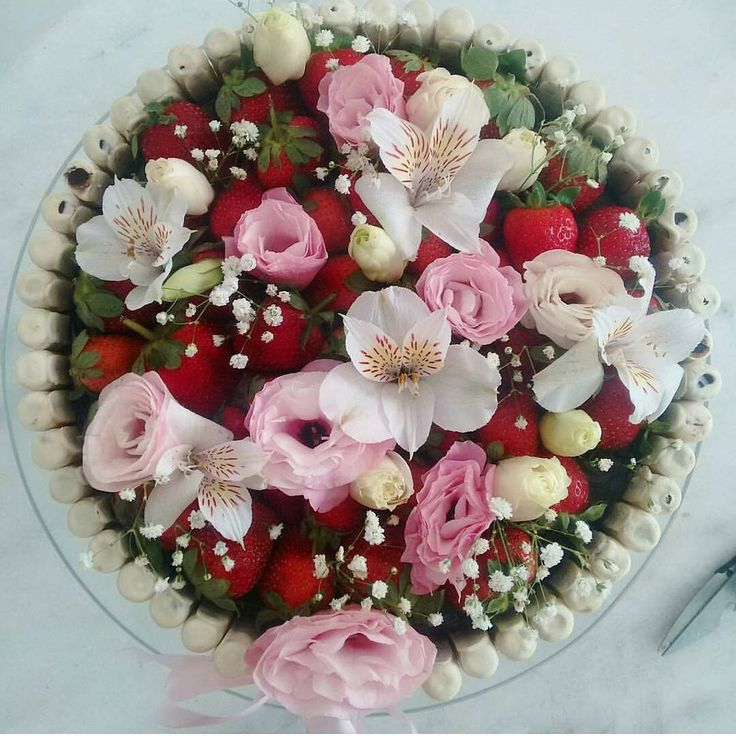 """""""Foto linda! Adoro essa mistura de Flores com Morango!  Regrann @bcoeli #festejandoemcasa #tortasfestejandoemcasa"""""""